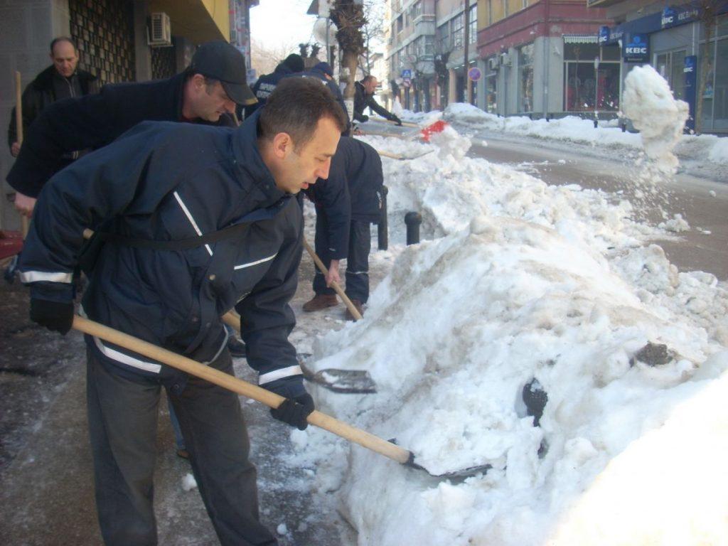 U Vranju svi čiste sneg