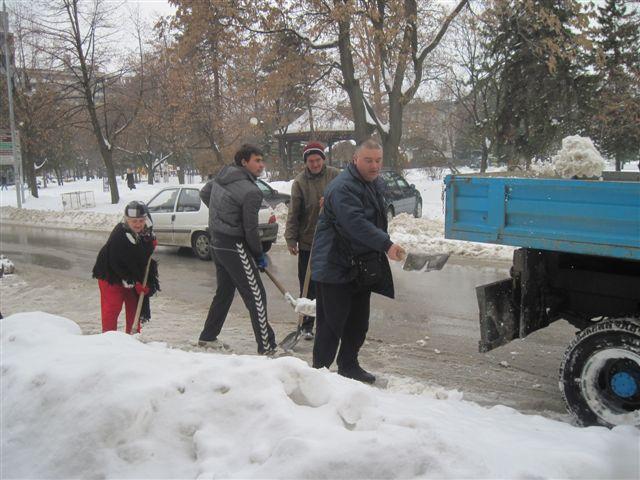 Socijalisti čistili sneg u gradu