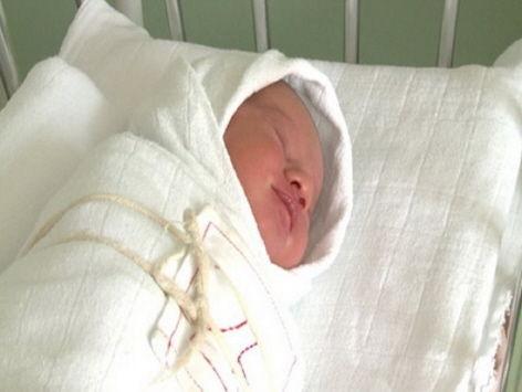 Porodilju i bebu kilometrima nosili na rukama