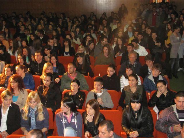 Studentima po 30, učenicima po 20 hiljada dinara