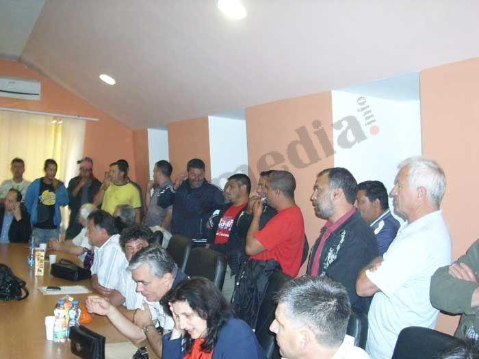 Pištaljkama i vuvuzelama građani sprečili konstituisanje skupštine