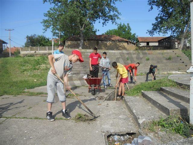 Deca i omladinci čiste selo od korova