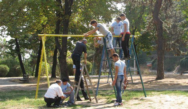 Mladi uređivali park i postavili mobilijar