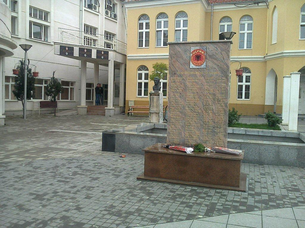 Policija sprečila grupu mladića da poruši spomenik u Preševu