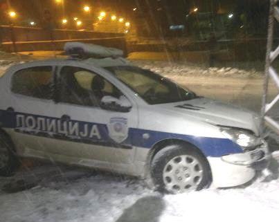 Policijski automobil protiv dalekovoda