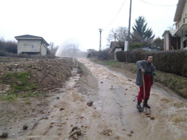 Gejzir iz vodovodne cevi poplavio tri ulice