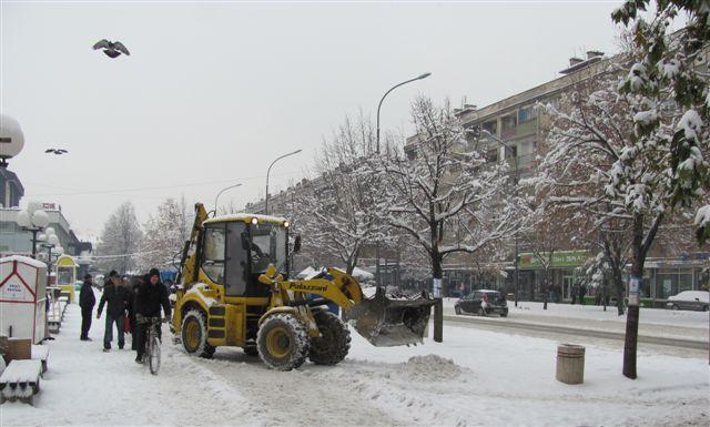 Sneg zavejao puteve, saobraćaj otežan