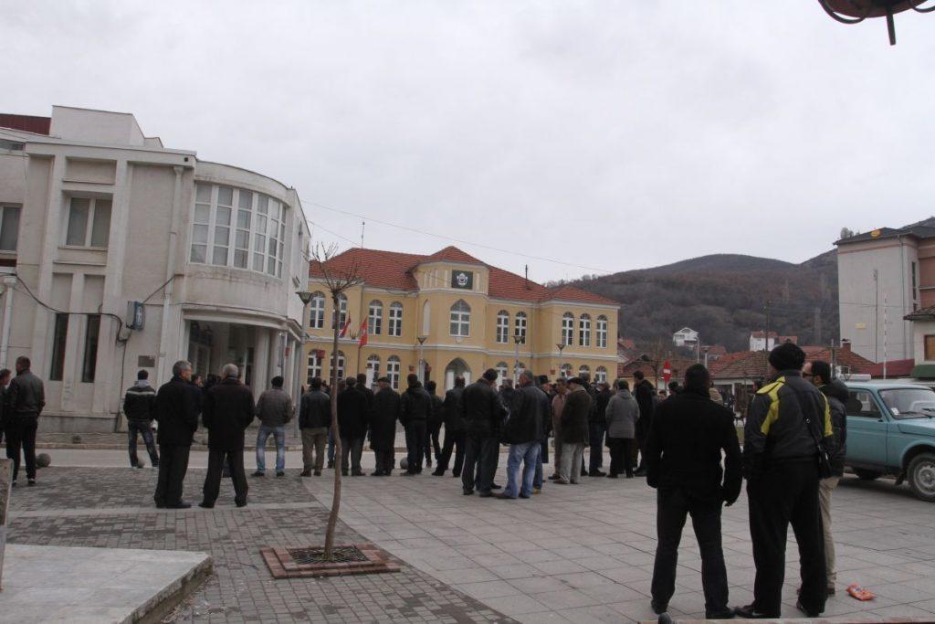 Albanci se spontano okupljaju oko mesta gde je bio spomenik