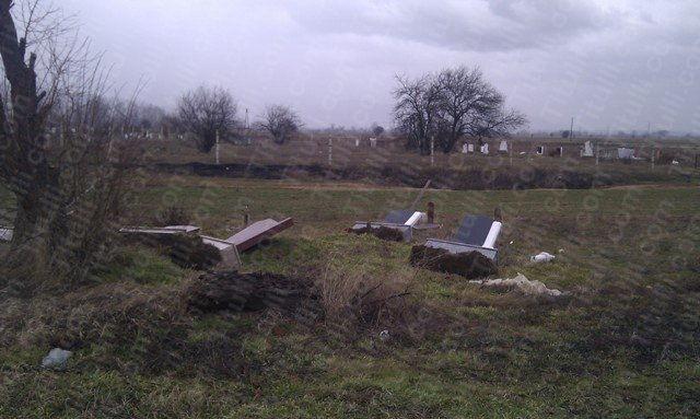 Oskrnavljeni nadgrobni spomenici u selu Oslare