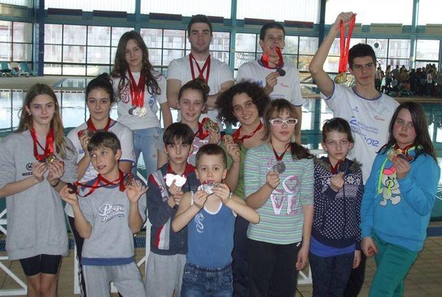 Svakom plivaču po dve medalje