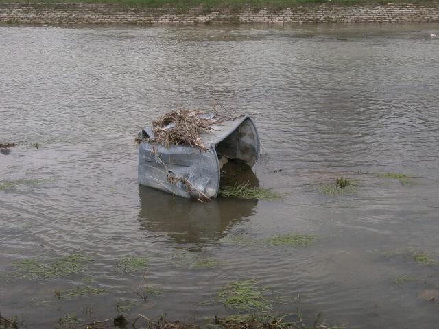 Kontejner bačen u reku