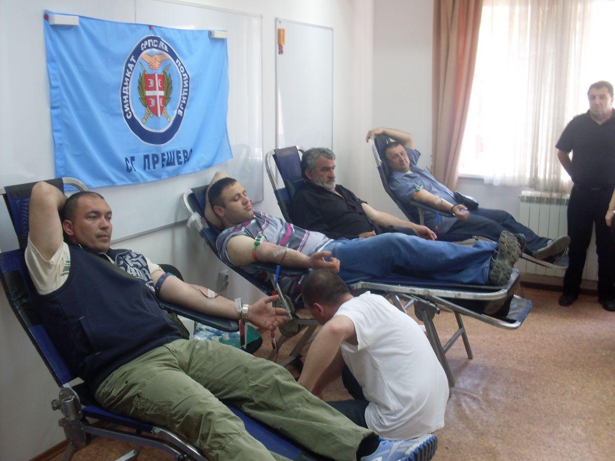 Humani policajci dali krv