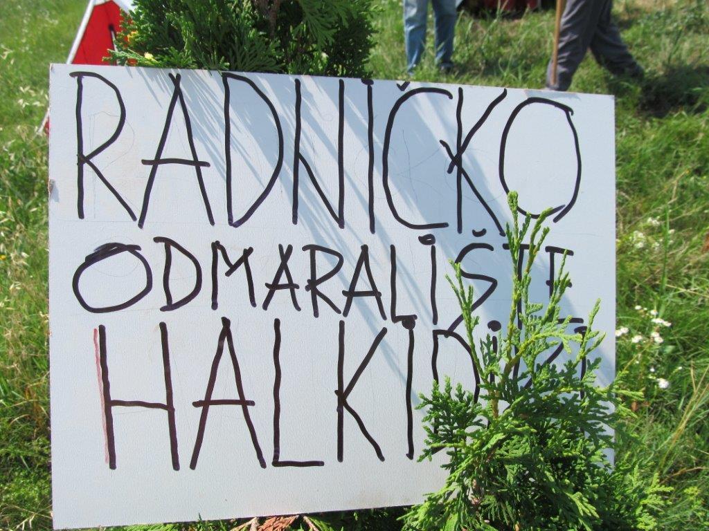 Radnici i manjinski akcionari kampuju ispred preduzeća