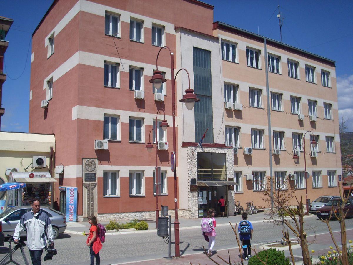Mesečne uštede zbog manjih plata do pola miliona dinara