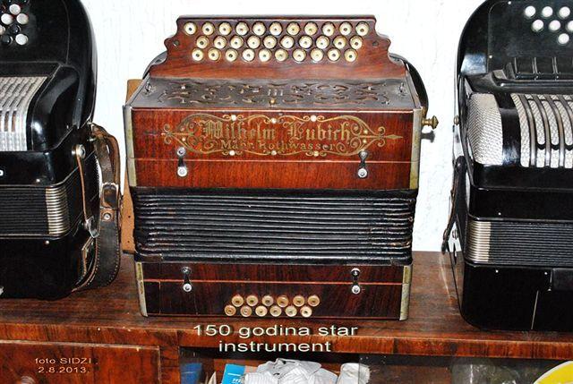 Svira na harmonici staroj najmanje 150 godina