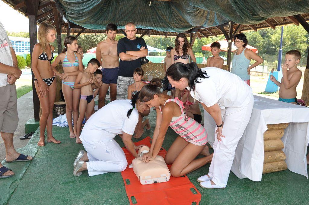 Edukovani posetioci bazena o pružanju prve pomoći