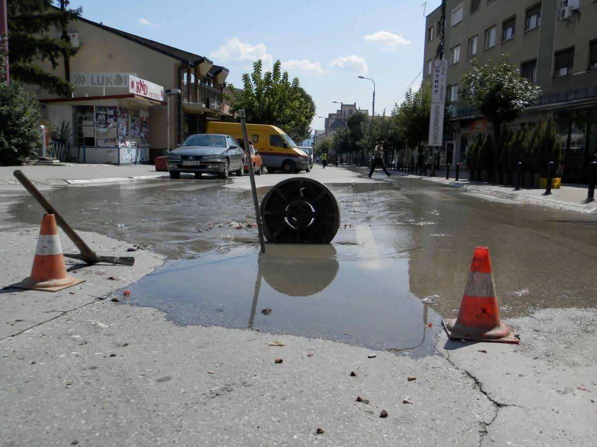 Ponovo se razlila kanalizacija centralnom gradskom ulicom