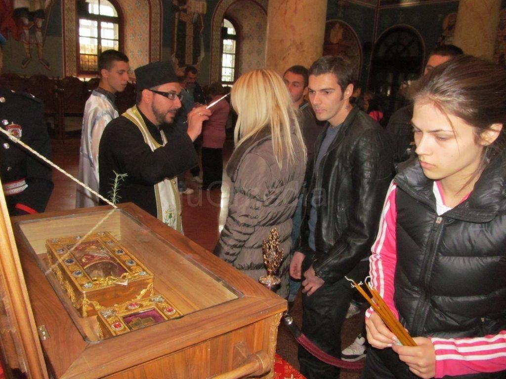Vernici se poklanjaju relikvijama u Sabornoj crkvi