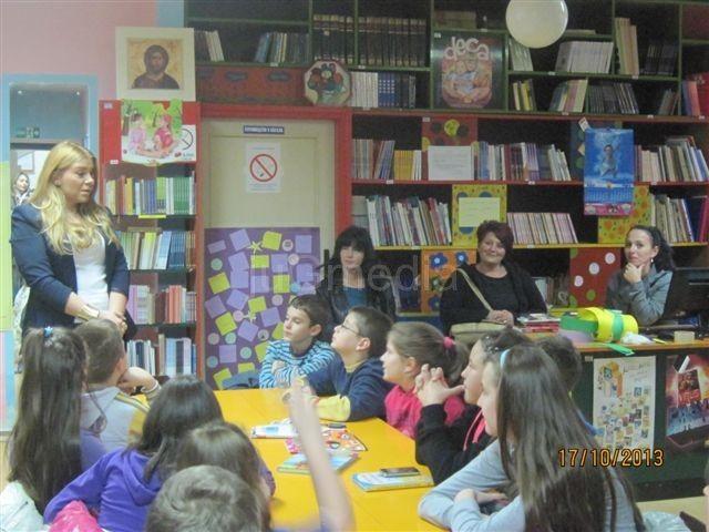 U biblioteci uče o američkoj i engleskoj kulturi