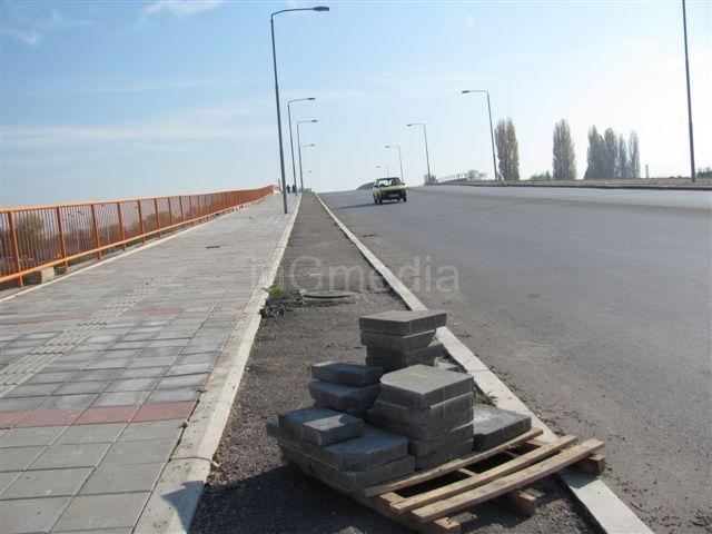 Betonske ploče sa obilaznice na trotoaru nadvožnjaka