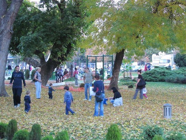 Topla jesenja nedelja napunila parkove