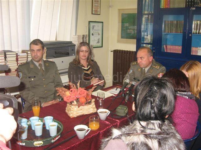 Vojska Srbije Leskovčanima poklonila knjige