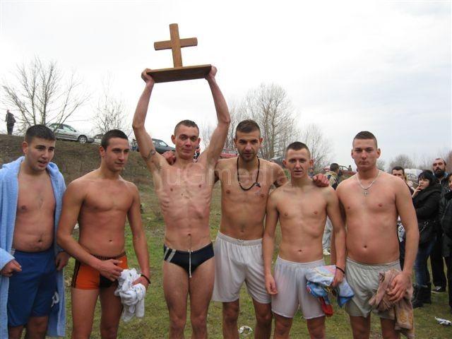 Vladimir Dimitrijević izvukao časni krst iz Južne Morave