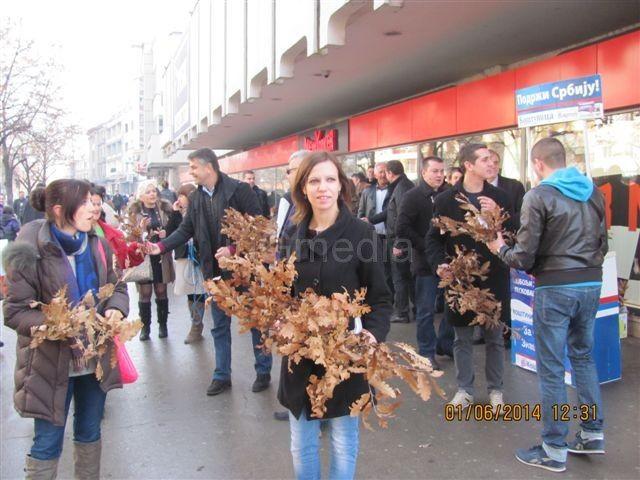 Funkcioneri DSS delili badnjake u Leskovcu