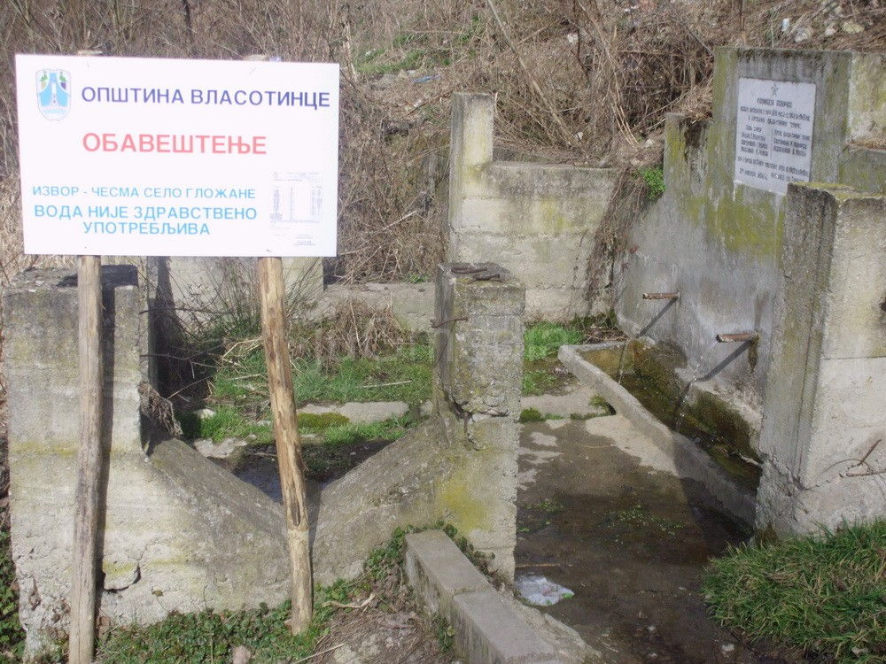 Tabla upozorenja na javnoj česmi u Gložanu
