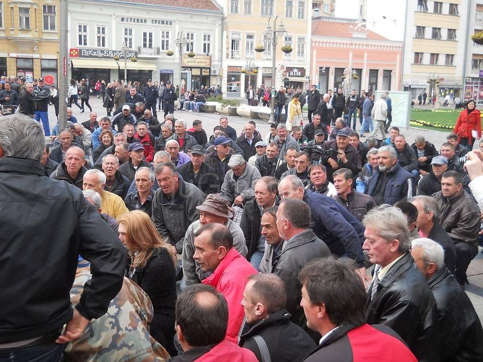 Veterani protestovali na kolenima