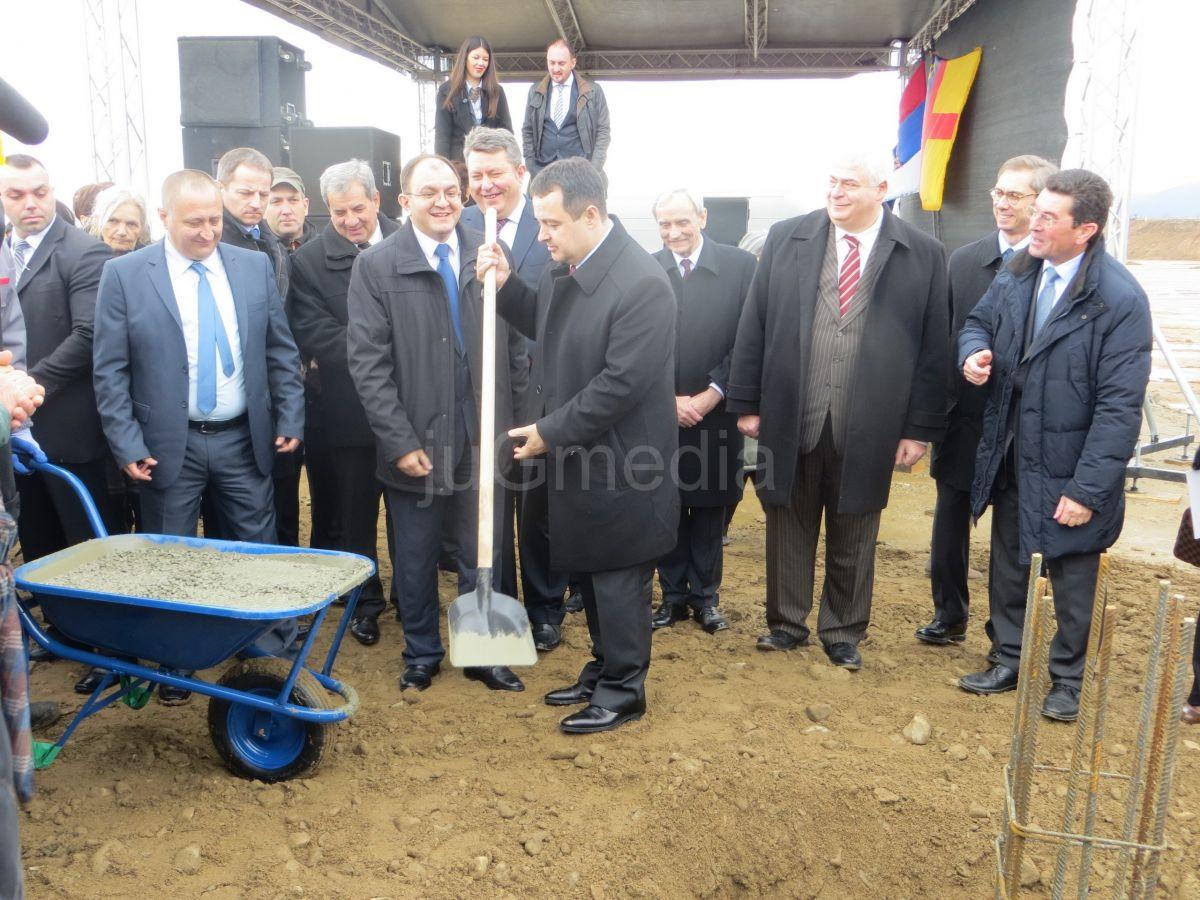 """Vučić i Dačić otvaraju fabriku """"Geox"""" u Vranju"""