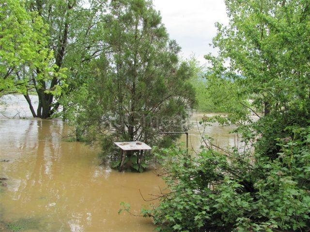 Poplavljena dvorišta, polja plivaju u vodi