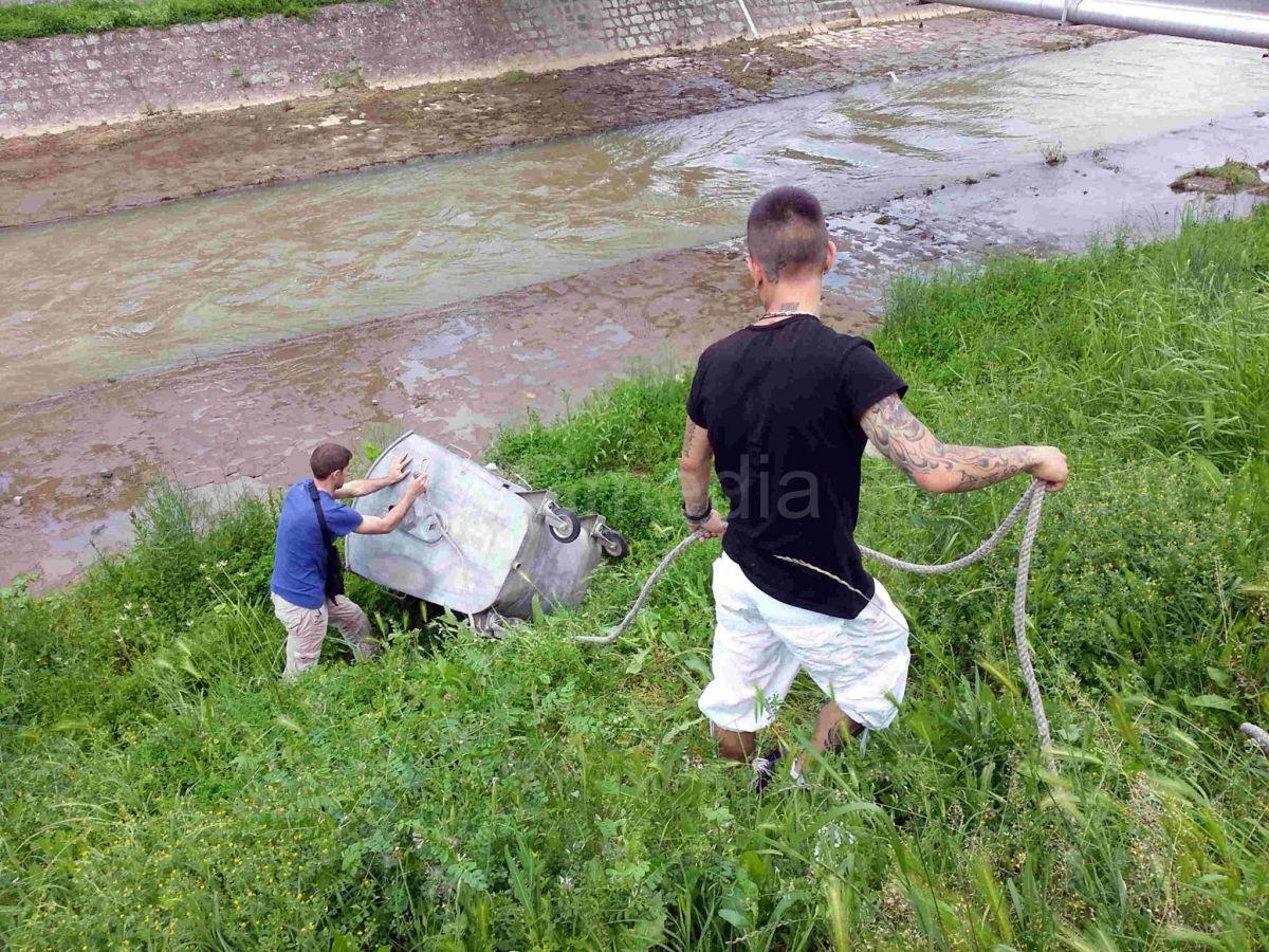 Spasavao trudnice iz poplave pa izvuko kontejner iz leskovačke reke