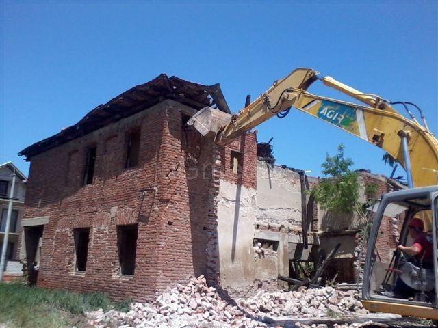 U Leskovcu počelo rušenje objekata sklonih padu