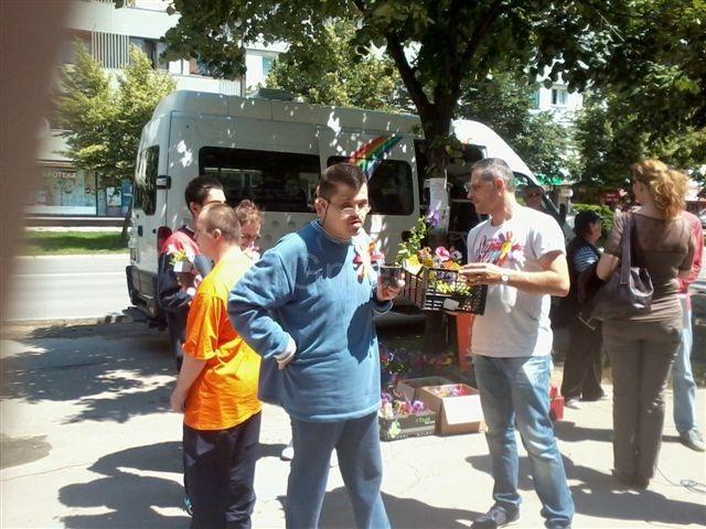 Članovi MNRO delili cveće u centru Leskovca