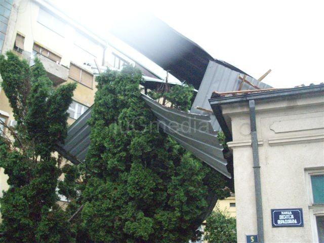 Užas: Leteli krovovi i roletne, čupano drveće, naselja bez struje