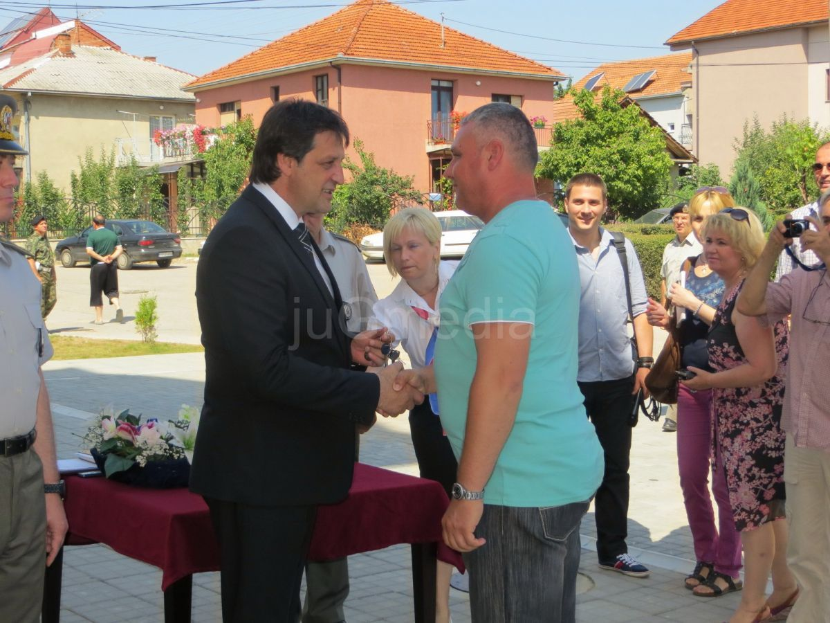 Pripadnicima vojske u Vranju ministar Bratislav Gašić uručio ključeve od stanova