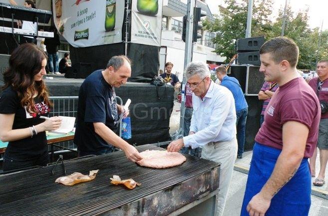 Pljeskavica iz ruke – još jedan rekord na Leskovačkoj roštiljijadi