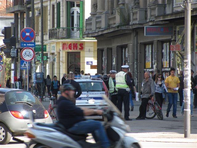 Pet vozača se treznilo u policiji, pešak teško povređen