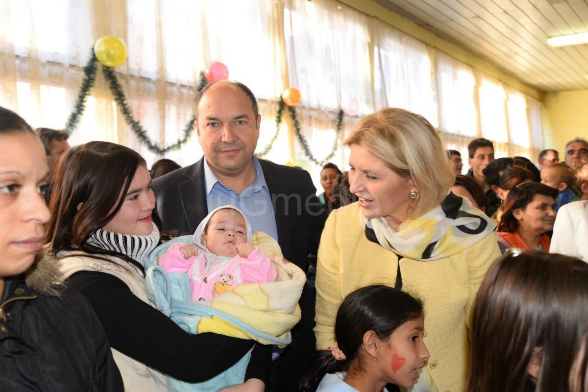 Dragica Nikolić uručila paketiće za 200 dece u Babušnici