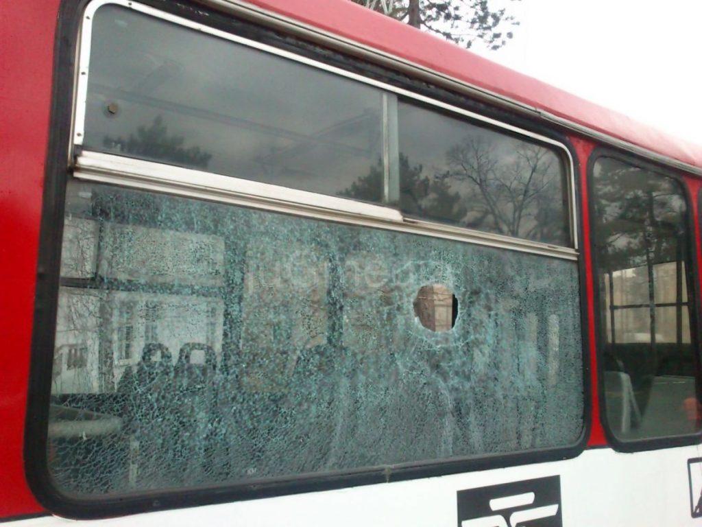 Policija identifikovala osobu koja je kamenovala autobus
