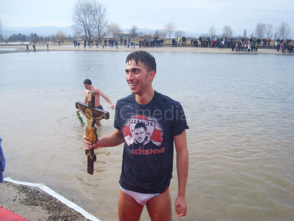 Vučić prvi doplivao do Časnog krsta