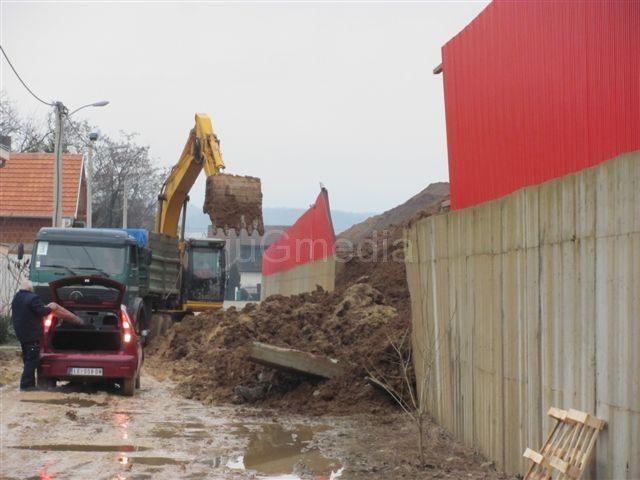 """Potporni zid fabrike """"Mladost"""" se srušio na ulicu"""
