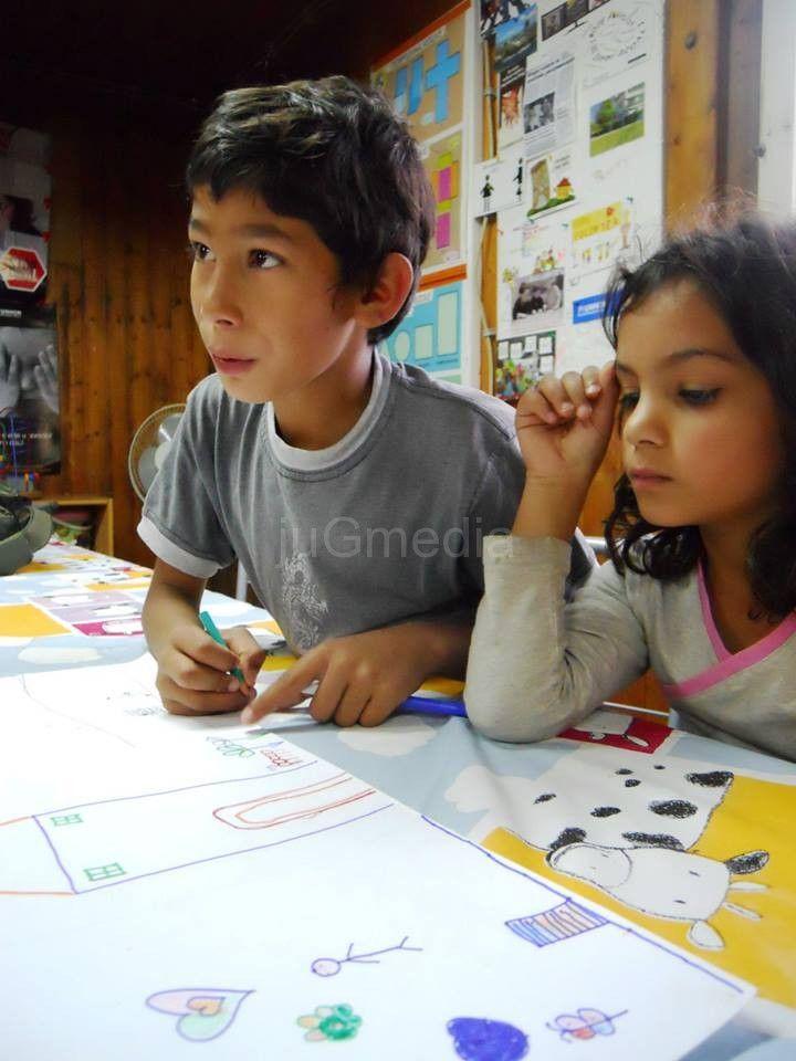 Mladi volonteri pomažu deci u učenju