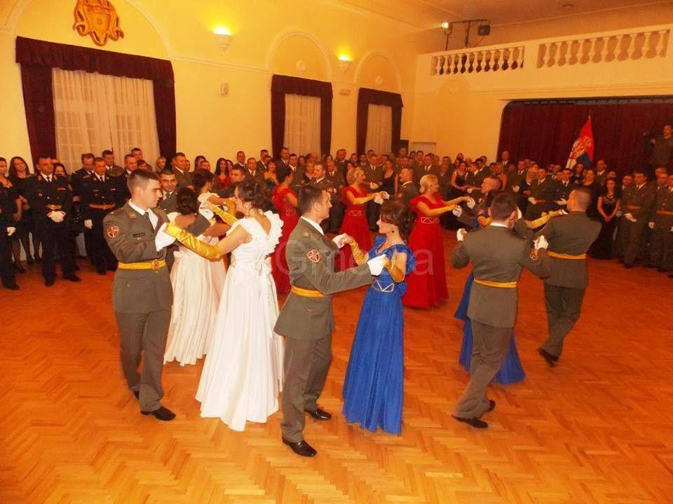 Lepota i duh srpske tradicije na oficirskom balu