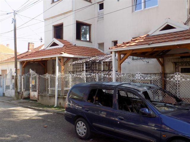 Izgoreli automobil i deo kuće, bačeni molotovljevi kokteli
