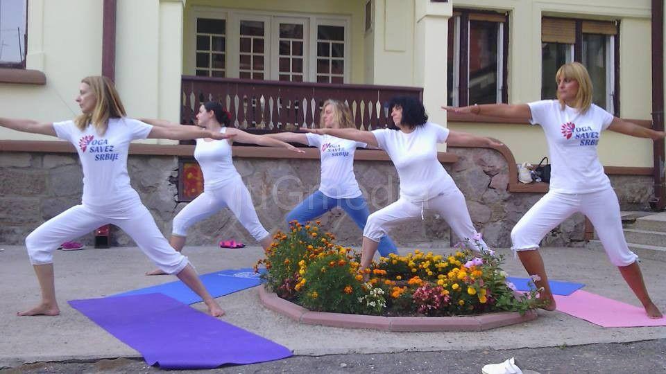 Javni čas joge u gradskom parku u Vranju