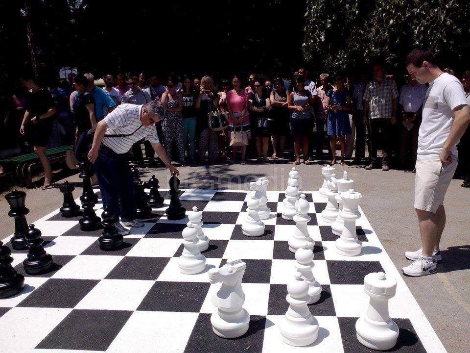 AGRESIVNOST Pogledajte kako mališani u Leskovcu rukuju šahovskim figurama !