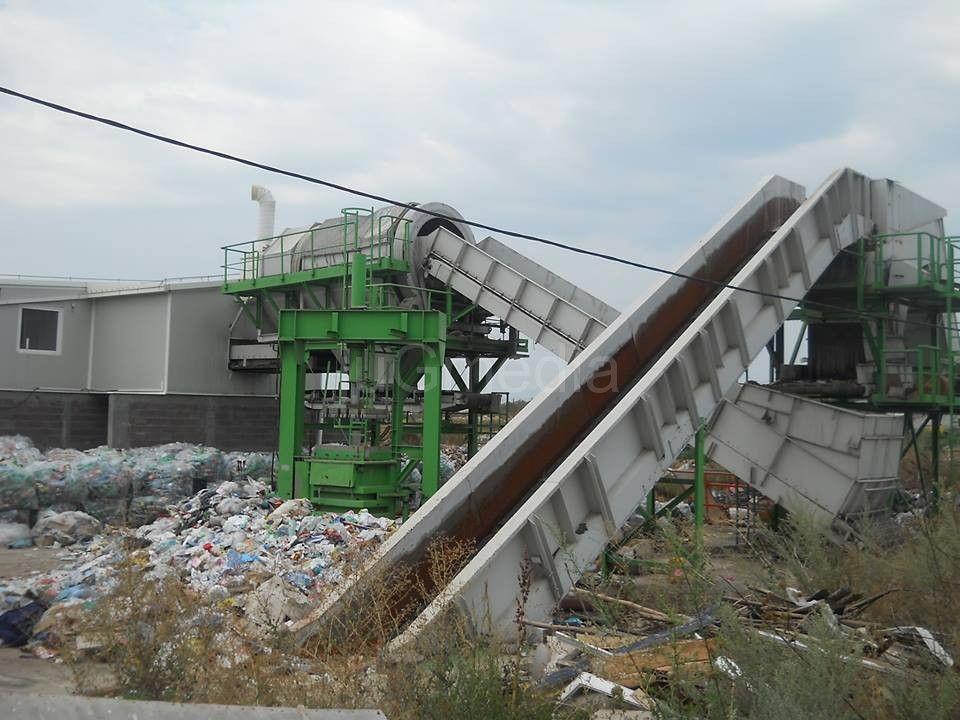 Postrojenje za sortiranje otpada zarasta u korov