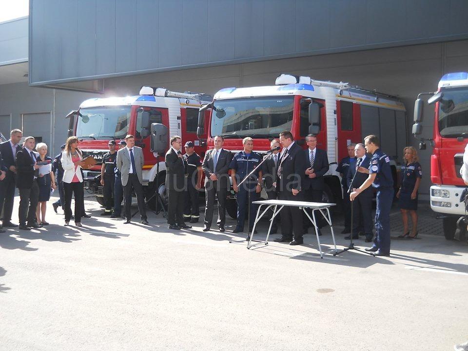 Rusi poklonili našem MUP pet vatrogasnih vozila i opremu
